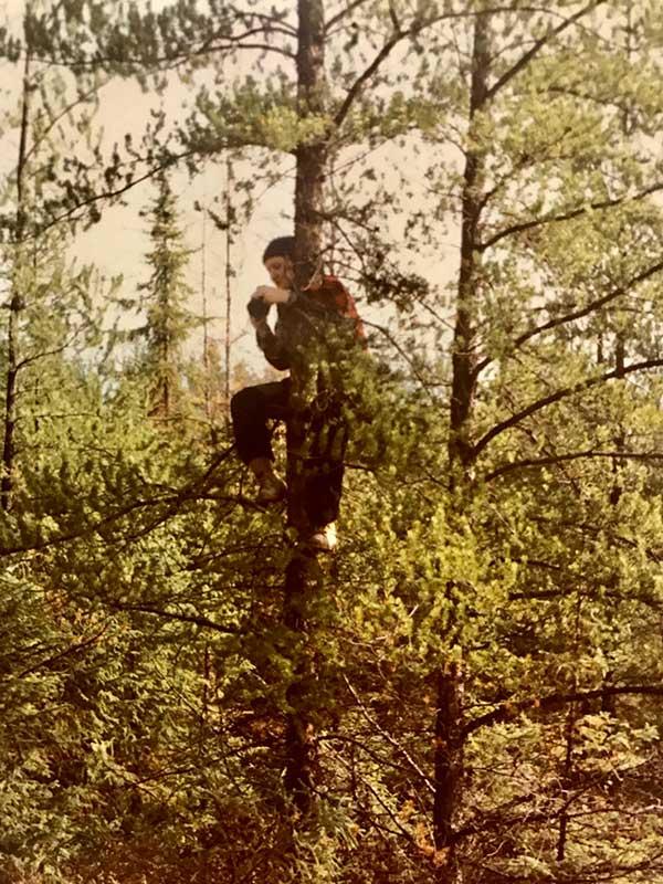 Aline dans un arbre - Cailloux Abitibi360
